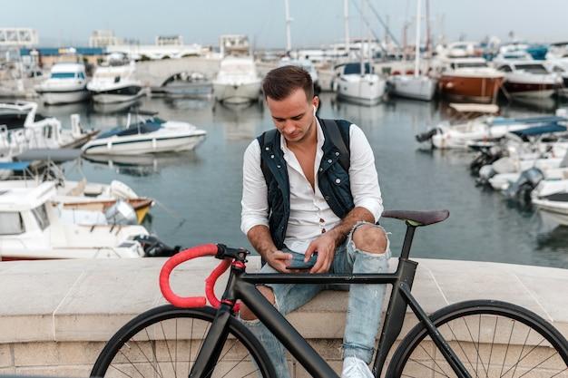 Mężczyzna siedzący obok roweru