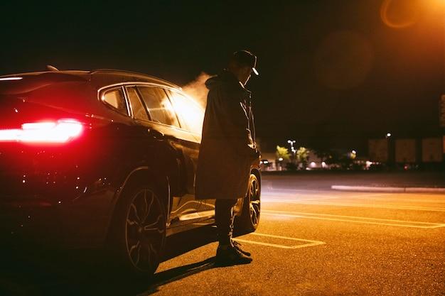 Mężczyzna siedzący w samochodzie w nocy