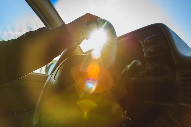 Mężczyzna siedzący za kierownicą swojego samochodu