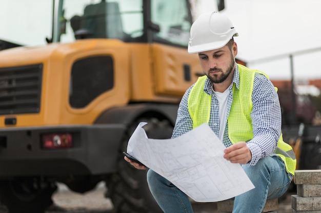 Mężczyzna siedzi i patrzy na projekt