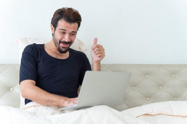 Mężczyzna siedzi na łóżku