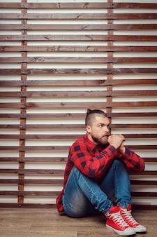 Mężczyzna siedzi na podłodze