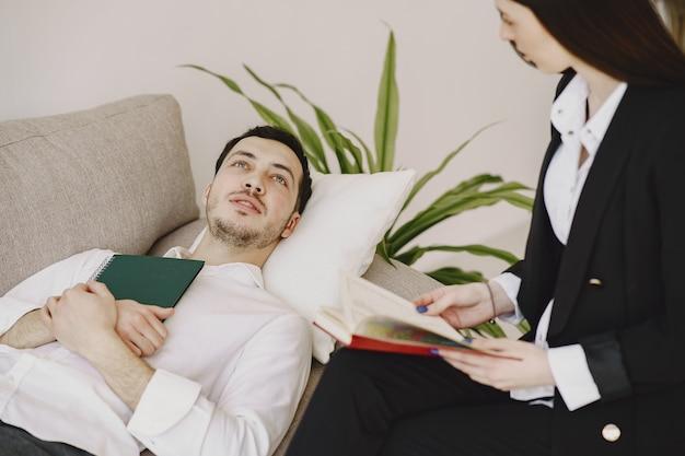 Mężczyzna siedzi w biurze psychologa i rozmawia o problemach