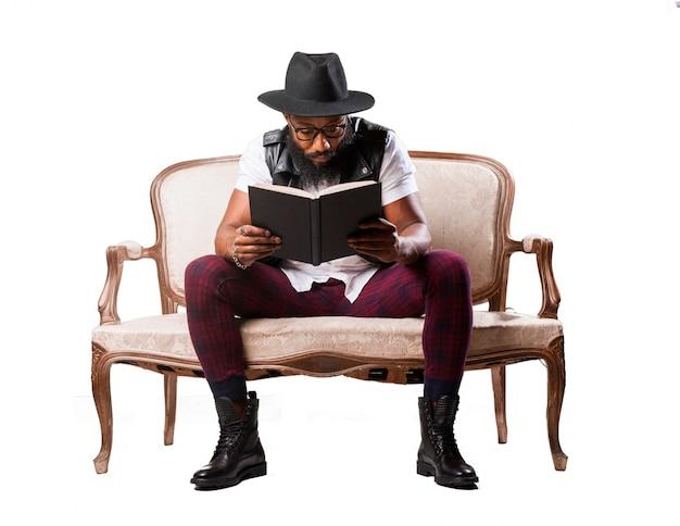 Mężczyzna siedzi z książką