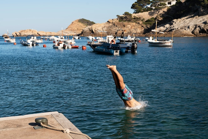 Mężczyzna skaczący w wodzie z bliska