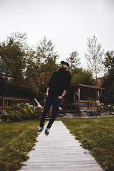 Mężczyzna skacze z ziemi