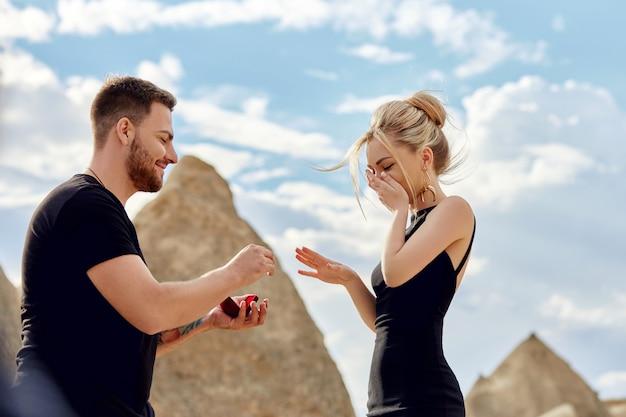 Mężczyzna składa propozycję małżeństwa swojej dziewczynie.