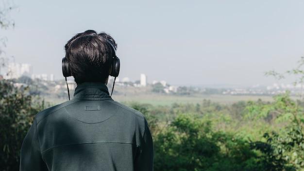 Mężczyzna słucha muzyka w naturze
