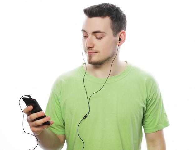 Mężczyzna słucha muzyki i używa smartphone