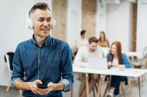 Mężczyzna słucha muzyki na spotkaniu biznesowym