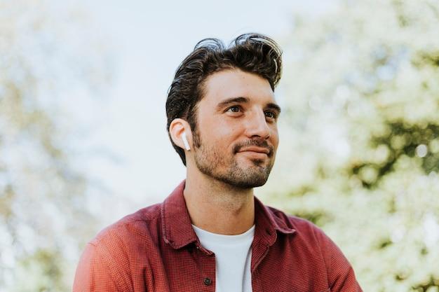 Mężczyzna słucha muzyki przez bezprzewodowe słuchawki