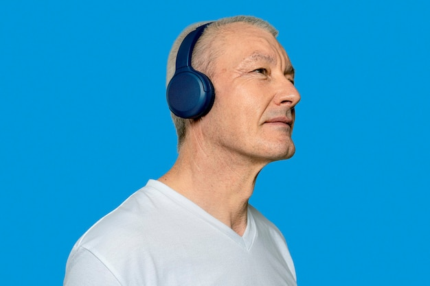 Mężczyzna słucha muzyki ze słuchawek