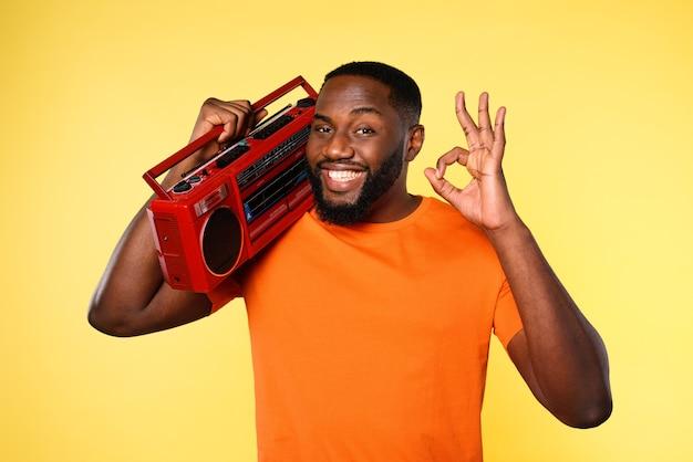 Mężczyzna słucha muzyki ze starym sprzętem stereo i tańcami. ekspresja emocjonalna i energetyczna