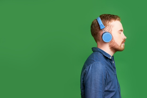 Mężczyzna słucha muzyki