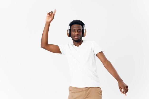 Mężczyzna słuchawki afrykańskiego wyglądu, gestykuluje rękami