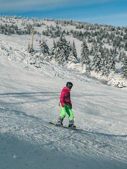 Mężczyzna snowboardzista na stoku narciarskim zajęcia zimowe