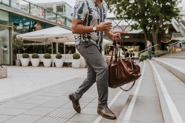 Mężczyzna spacerujący po ulicy londynu