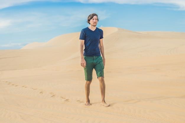 Mężczyzna spaceruje po pustyni wietnamu mui ne