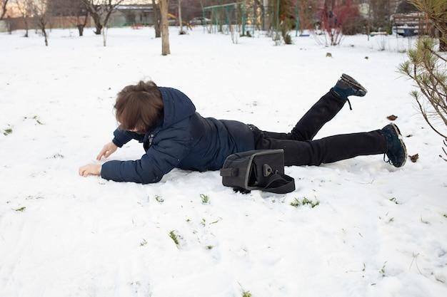 Mężczyzna spada na śnieg. mężczyzna poślizgnął się i został ranny
