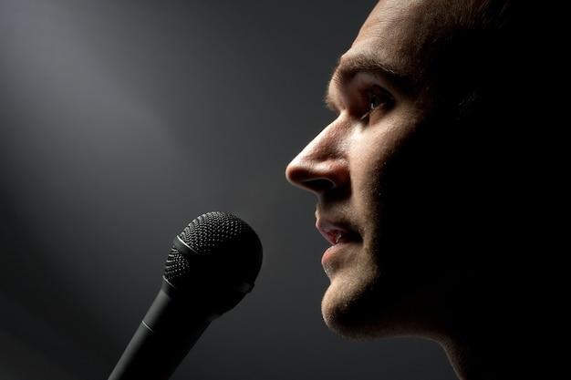 Mężczyzna śpiewa do mikrofonu