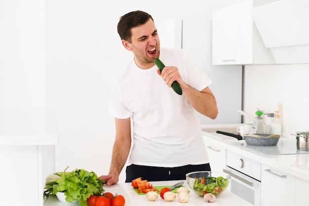 Mężczyzna śpiewa podczas gotowania