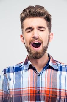 Mężczyzna śpiewa z zamkniętymi oczami