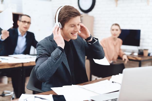 Mężczyzna spoczywa na pracy to jest biuro biznesowe