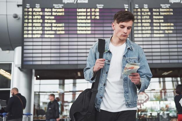 Mężczyzna spodziewa się lotu na lotnisku.