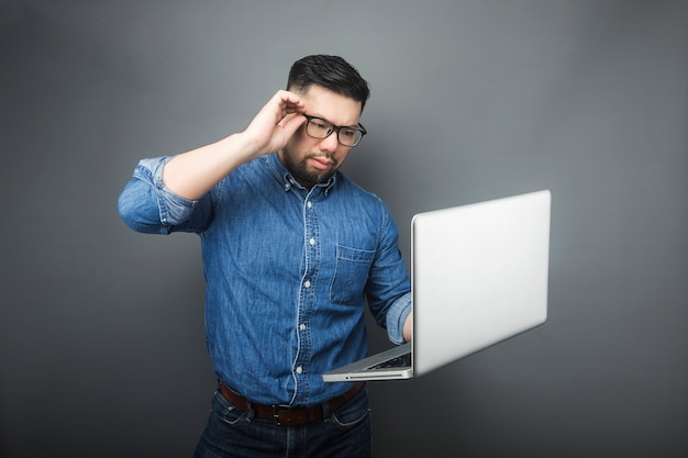 Mężczyzna spojrzał na komputer ze zdziwieniem.