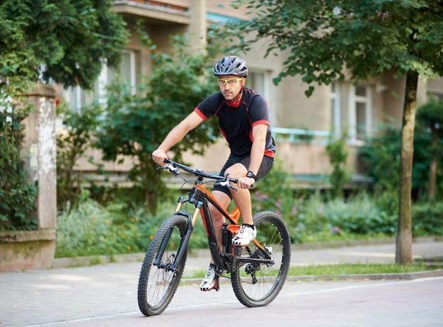 Mężczyzna sportowca na rowerze na rowerze na świeżym powietrzu