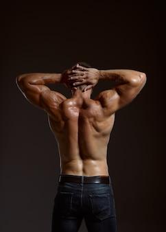 Mężczyzna sportowiec z muskularnym ciałem, widok z tyłu