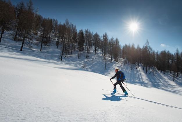 Mężczyzna sportrait na nartach