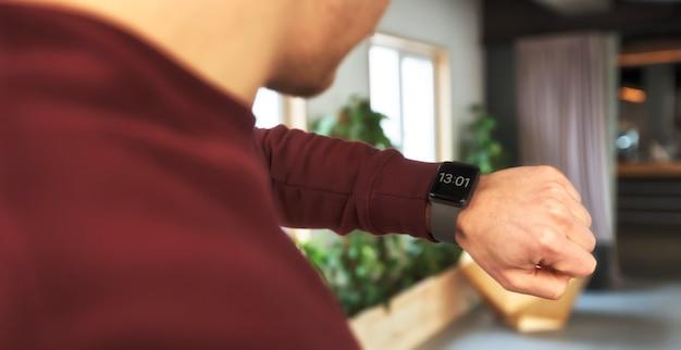 Mężczyzna sprawdza jego smartwatch