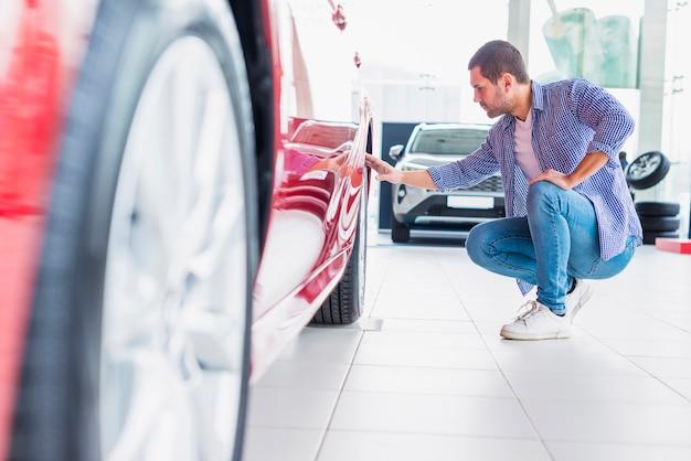 Mężczyzna sprawdza nowego samochód