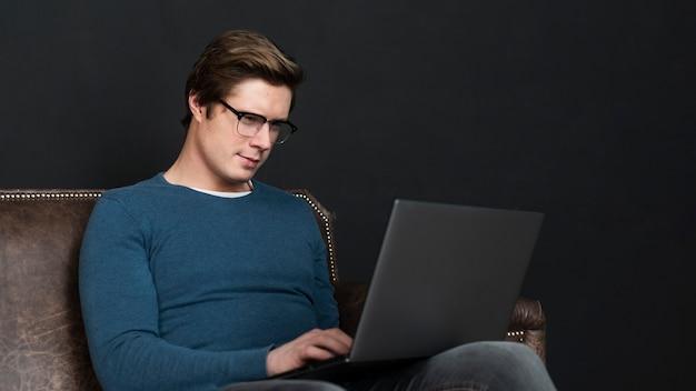 Mężczyzna sprawdza ogólnospołecznych środki na laptopie