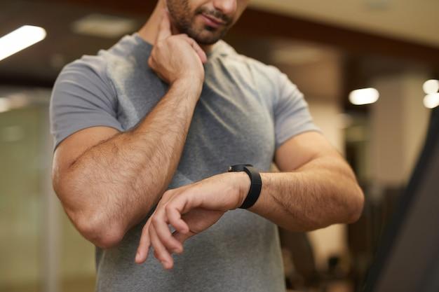 Mężczyzna sprawdza puls podczas treningu