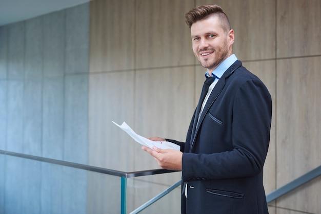 Mężczyzna sprawdza ważne dokumenty