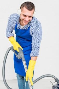 Mężczyzna sprząta swój dom
