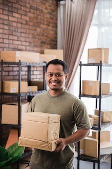 Mężczyzna sprzedawca online w swoim biurze