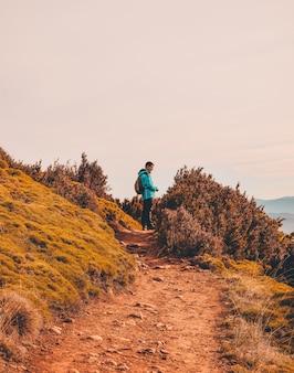 Mężczyzna stojący na polnej drodze