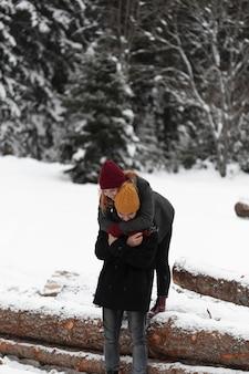 Mężczyzna stojący na tęsknotę i przytulanie swojej dziewczyny