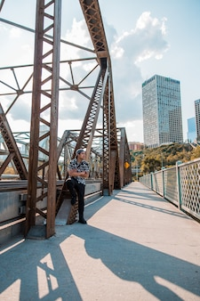 Mężczyzna stojący obok mostu