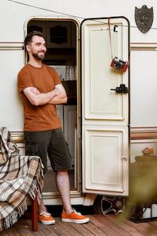 Mężczyzna stojący przed vanem