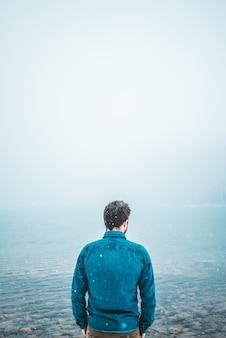 Mężczyzna stojący przed zbiornikiem wodnym