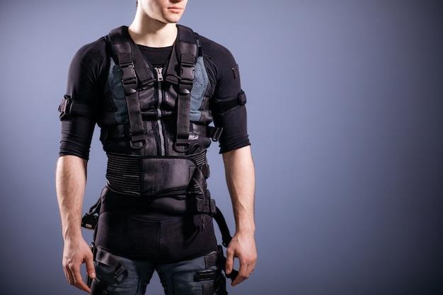Mężczyzna stojący w garniturze ems