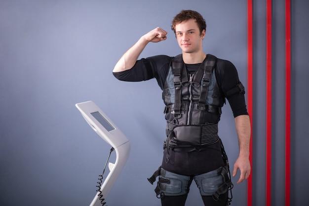 Mężczyzna stojący w pobliżu maszyny ems