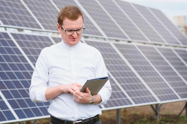 Mężczyzna stojący w pobliżu paneli słonecznych