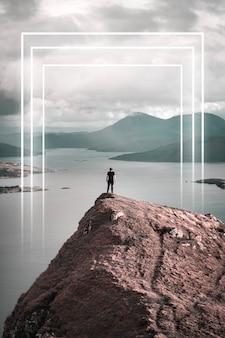 Mężczyzna stojący w skye cuillin, szkocja