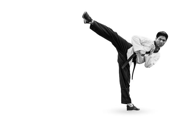 Mężczyzna stojący wysoki kopnięcie, taekwondo azjatyckie sztuki walki samoobrony z miejscem na tekst