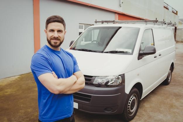 Mężczyzna stojący z rękami skrzyżowanymi przed jego van